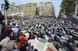 アラーアクバル。人々はメッカの方角に向かって深々と頭を下げた。=25日(現地時間)、タハリール広場。写真:筆者撮影=