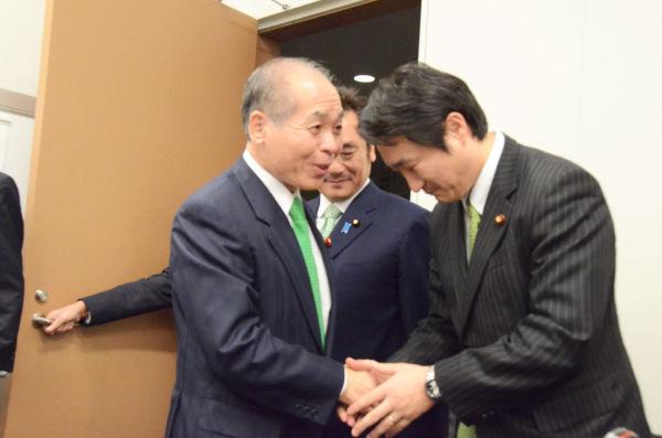 推認で一審有罪判決を受けた石川智宏衆院議員(右)は、盟友の鈴木氏と久々に顔を合わせ感無量のようすだった。=6日、衆院会館。写真:筆者撮影=