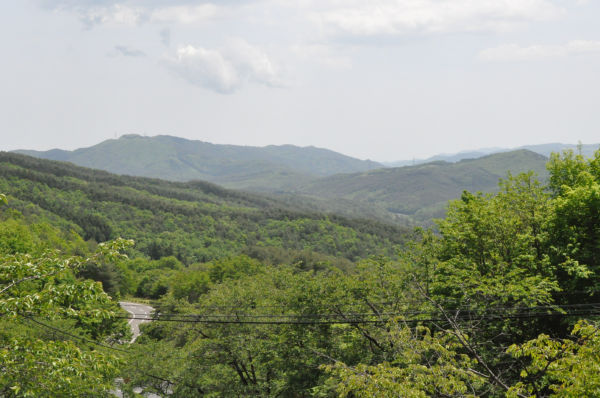 「放射性物質の仮置き場にしましょう」と囁かれた飯舘村の谷。風光明媚だ。=写真:筆者撮影=