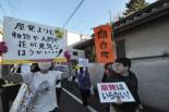 地域密着のデモらしく町内会のノボリがはためいた。=4日、西東京市。写真:筆者撮影=