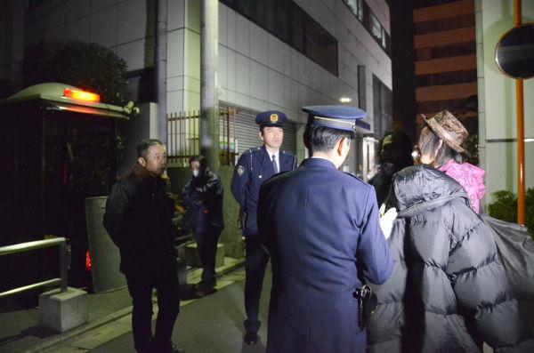 山口さんを取り囲んだ四谷警察署の警察官。勝俣邸前で事を起こされるのだけは避けたい様子がありありだった。=写真:筆者撮影=