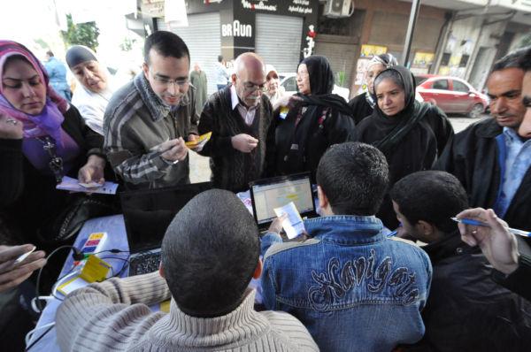 有権者に選挙人登録番号などを教えるムスリム同胞団。=28日(現地時間)、カイロ市内。写真:筆者撮影=