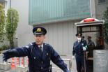 勝俣邸前を訪れた報道陣を追い返す警察官。右端はポリスボックス。(25日、新宿区左門町。写真:筆者撮影)