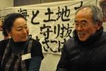 祝島の木村力さん(右)と大間の小笠原厚子さん。脱原発の苦労とやりがいを語り合った。=15日、パシフィコ横浜。写真:中野博子撮影=