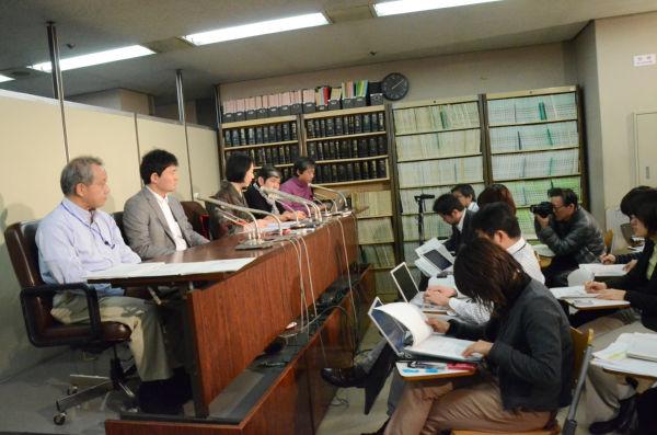 告発状を提出した後、記者会見する「健全な法治国家のために声をあげる市民の会」メンバー。=12日、司法記者クラブ(東京地裁内)。写真:中野博子撮影=