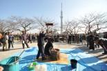 大晦日恒例の餅つき大会。つきあがった餅は雑煮として早速振る舞われた。=12月31日昼、墨田公園。写真:中野博子撮影=