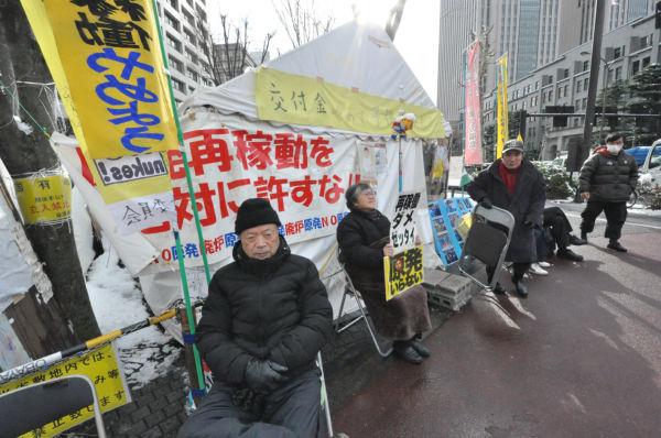 「脱原発テント」。原発再稼働に反対する人々がテントの内と外で絶えず座り込みを続けている。=24日、経産省前。写真:筆者撮影=