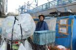 野宿者たちは空き缶、古紙回収で生活費を賄う。男性は「1日、1600~1800円になるから暮らして行けるよ」。=2日、江東区・五之橋下。写真:筆者撮影=
