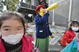 ハルオさん(中央)は子供の学校給食に気を揉む。「専業主婦じゃなかったら、もっと抗議行動をしたい」。=4日、東電本店前(内幸町)。写真:筆者撮影=