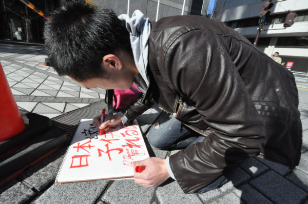 漫画家志望だった加藤さん。フェルトペンを自在に走らせた。=写真:筆者撮影=