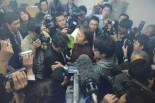 原子力安全保安院の担当者に詰め寄る市民。=18日、経産省別館。写真:筆者撮影=