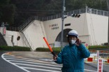 筆者が車を降りるや警備員は静止にかかった。トンネルの向こうに原発があるものとみられる。=25日、福井県おおい町。写真:筆者撮影=