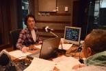 パーソナリティーの今井広海さん(正面)と語る筆者。=1日夕、東京FM スタジオ。写真:中野博子撮影=