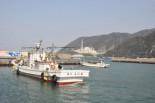 トラブルメーカーの『もんじゅ』と小さな漁船がミスマッチだ。=敦賀市志木の漁港より。写真:筆者撮影=