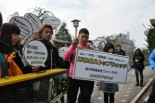 県議会棟が入る福井城址前で「再稼働反対」のアピールをする山本太郎さん(ピンクのシャツ)ら。=写真:筆者撮影=