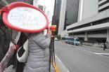 猫村さんは大きなお腹を抱えながら東電に向かって被曝の恐ろしさを訴えた。 =8日昼、東電本店前。写真:筆者撮影=