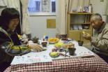 神原津恵子さんの仮設住宅。写真右は訪ねてきた隣人の伊藤正春さん。=高田高校第2グラウンド・陸前高田市。写真:中野博子撮影=
