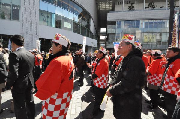赤いハッピは「日本養豚協会」。他の組織も同じハチマキを締めていた。=写真:筆者撮影=