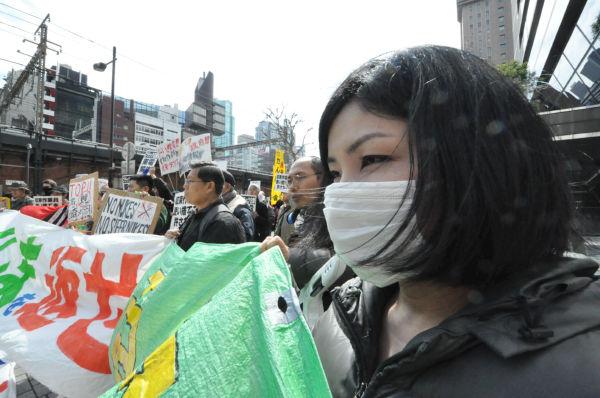 「原発事故が忘れ去られようとしている」。福島県喜多方市出身の女性(手前)は危機感を強める。=写真:筆者撮影=