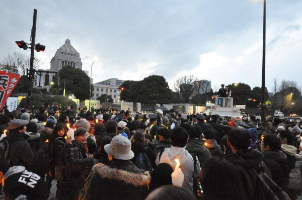 """国会前にこれだけ大多数の人が集結したのは何十年ぶりだろうか。""""=11日夕、議事堂正門前。写真:筆者撮影="""""""