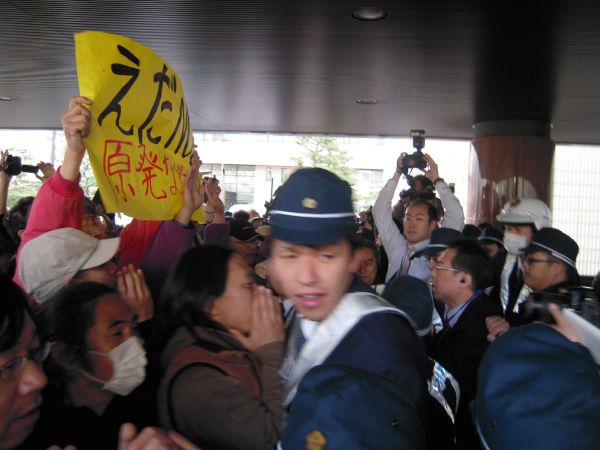 県庁玄関までなだれ込み警察隊と押し合いになる再稼働反対派の市民。=写真:諏訪 京 撮影 =