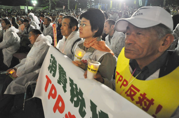 """農家男性(手前)は「""""もし野田首相がTPPを結んだら""""なんて考えたくない」と厳しい表情で言った。=25日夕、日比谷野音。写真:筆者撮影="""
