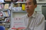 大畑豊さん。東電が送りつけてきた封筒には「電気供給停止のお知らせ」が入っている。=写真:諏訪 京 撮影=