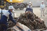 宮城県石巻市から北九州市に到着した瓦礫。作業員がカッターでビニール袋を切り裂くと、土とカビが入り混じったような匂いが鼻をついた。=22日、北九州市日明積基地。写真:筆者撮影=
