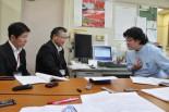 東電の営業担当者(左2人)に値上げの理由を質す山崎医師。=18日、埼玉県浦和市。写真:田中撮影=