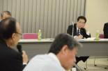 仙谷政調会長代行は再稼働の安全性に疑問を呈する地元議員をニラミつけた。=4日夕、ユニオンプラザ福井。写真:田中撮影=