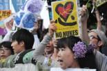 紫陽花革命にちなんでアジサイの花を髪に刺し「再稼働反対」の声をあげる女性。=28日夕、首相官邸前。写真:田中撮影=