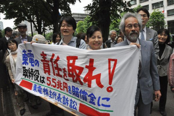入廷する原告団。=16日午前10時、東京地裁前。写真:田中撮影=