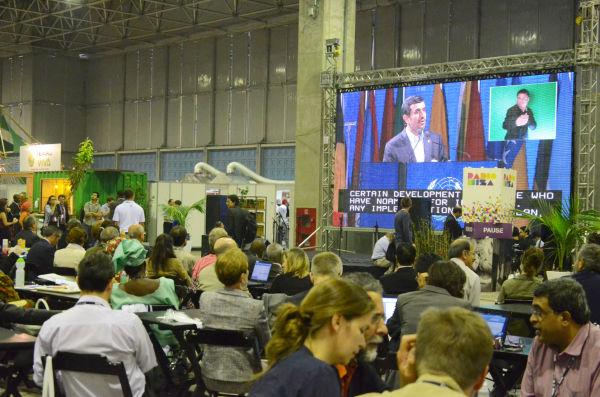 「リオ+20」会場では各国首脳の挨拶がテレビ中継された。映像はイランのアフマディネジャド大統領。=リオ時間21日、写真:諏訪撮影=