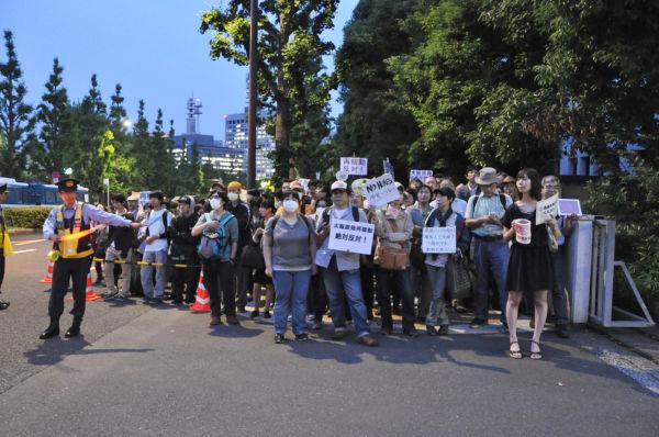 霞が関方面への歩道は抗議の市民で溢れ車道まではみ出した。=国会記者会館前。写真:田中撮影=