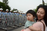 再び原発事故が起きたら、この子の未来はない。=4日、福井城址正門前。写真:田中撮影=
