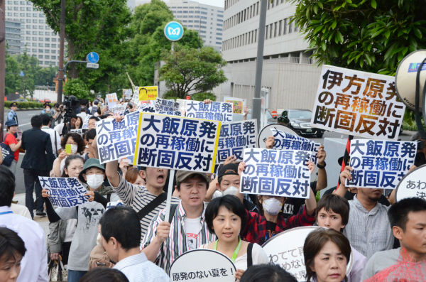 「再稼働反対」のプラカードを持った市民たちが、官邸に向けて押し寄せそうな雰囲気だった。=写真:田中撮影=