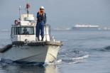 「あとどれ位の時間、この海域にいるのか?」と警告してくる海上保安官。写真:田中撮影=