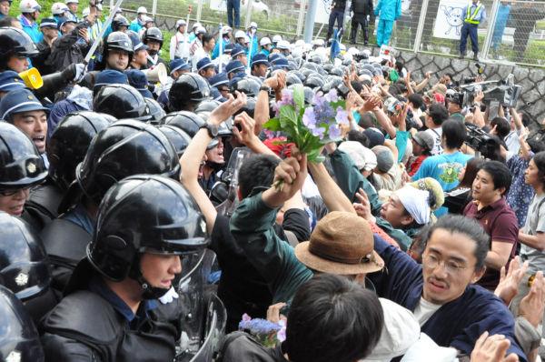 再稼働反対派を押し込む機動隊。両手をあげた市民たちは、非暴力で食い止めようと懸命だった。=1日午後5時45分、大飯原発入り口。写真:田中撮影=
