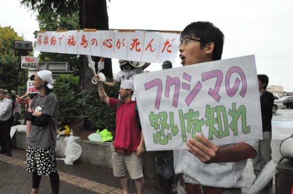 地元の青年たちは、野田首相が到着する2時間以上も前から抗議の声をあげていた。=7日夕、福島県庁前。写真:田中撮影=