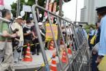 鉄柵に囲い込まれた参加者たちは、一様に不快感と反感を示した。=13日夕、官邸前。写真:田中撮影=
