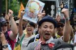 サウンドカーと音楽隊に先導された参加者たちは、カーニバルのようなノリで「原発反対」をアピールした。=16日、表参道。写真:諏訪撮影=