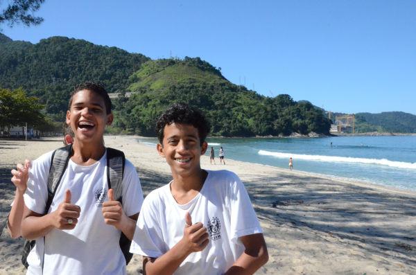 遠浅の砂浜で少年たちはサッカーに興じていた。右後方に建設中のアングラ原発3号機が見える。=写真:諏訪撮影=
