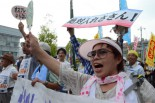女性(手前)は仲間15人と共にマイクロバスをチャーターして兵庫県から駆け付けた。=22日、岩国市役所前。写真:諏訪撮影=