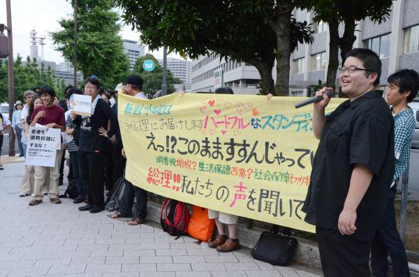 官邸前から霞が関方面に向かって伸びようとする参加者の列は、初期の頃の「金曜集会」に似ている。=写真:田中撮影=