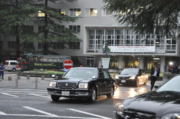 首相を乗せた車両。野田氏程度の人物でも一国の最高権力者ともなれば、厳重な警備態勢が敷かれる。後ろが福島県庁=7日午後6時25分ごろ、写真:田中撮影=
