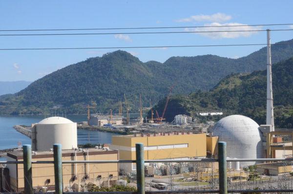 アングラ原子力発電所。意外や警備は緩く簡単に近づき撮影することができた。裏山急斜面の地滑りが懸念されている。=アングラ・ドス・レイス。写真:諏訪撮影=