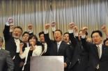 突き上げた拳の先にあるのは、民主党、霞が関、記者クラブ…=11日、憲政記念館。写真:田中撮影=
