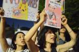 豊島区在住の母と娘。「再稼働反対!」パーカッションのリズムに乗せて叫ぶ母と娘の声がハモっていた。=3日夕、国会議事堂前。写真:諏訪撮影=