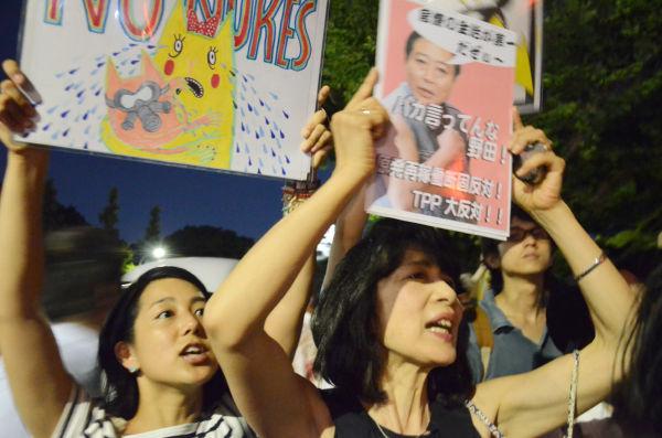 豊島区在住の母と娘。「再稼働反対!」パーカッションのリズムに乗せて叫ぶ2人の声がハモっていた。=3日夕、国会議事堂前。写真:諏訪撮影=