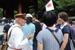 元陸軍情報部員の八児さんは、高校生に平和の尊さを説いた。=15日午前、神通門前。写真:田中撮影=